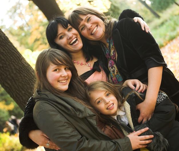 幸せな家族の秋の日
