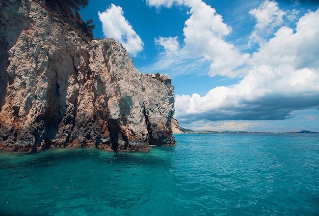 Голубые пещеры на острове закинтос, греция