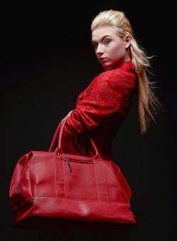 赤いバッグを持つ若い女性