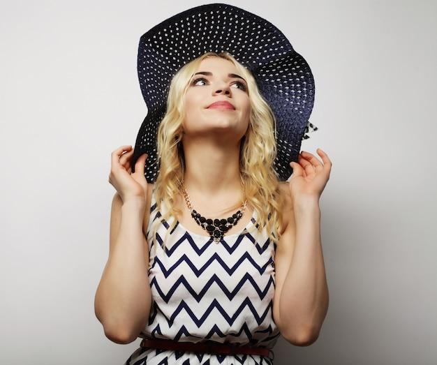 麦わら夏帽子の女