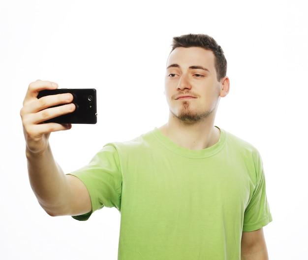 Молодой человек делает фотографию себя