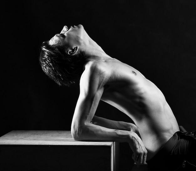 裸の若い男