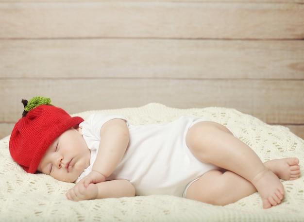 Сладкий сон малыша в красной шапочке