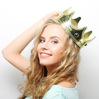 王冠の若い素敵な女性