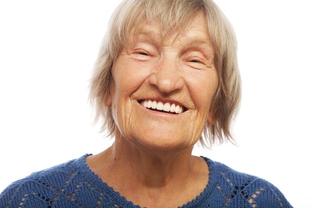 Портрет близкой счастливой старухи вверх