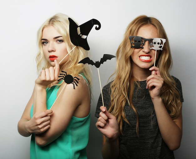 Две стильные хипстерские девушки готовы к вечеринке в честь хэллоуина