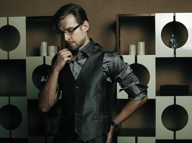 豪華なモダンなインテリアのファッション男