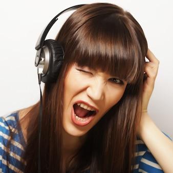 ヘッドフォンで若い幸せな女