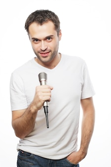 Молодой человек держит микрофон