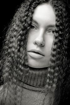 巻き毛を持つかなり若い女性の肖像画