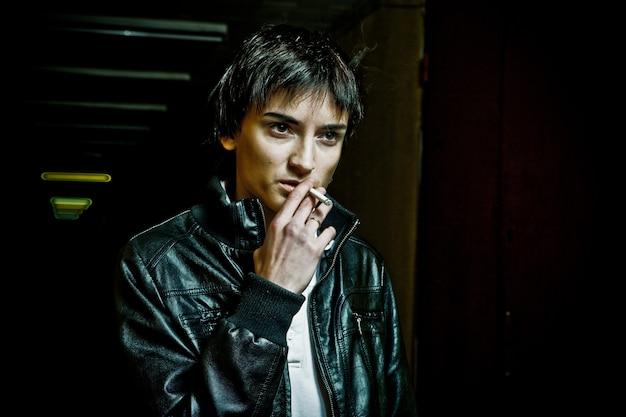 女性の喫煙。うつ病の女性。