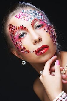 Женщина с художественным макияжем. роскошный образ.