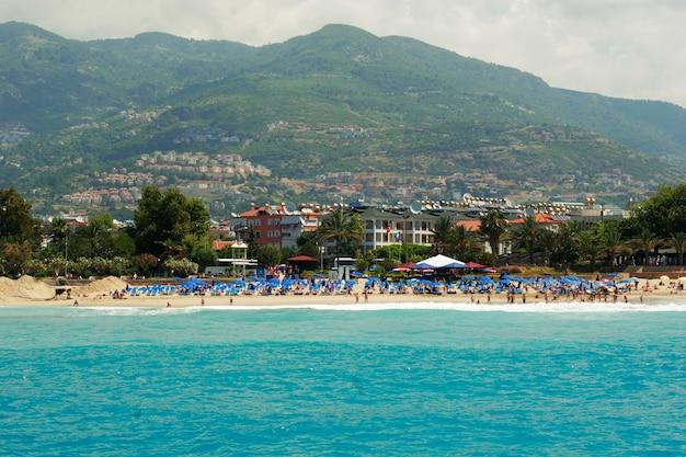 トルコアランヤ地中海沿岸のパノラマビュー都市とクレオパトラのビーチ
