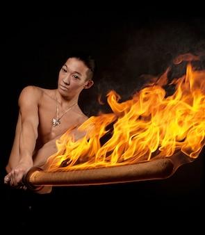 Азиатский мужчина с огненным шоу
