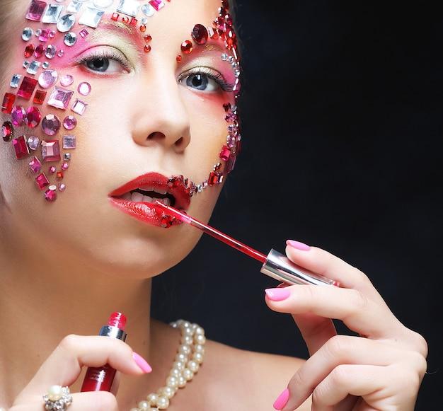 Портрет женщины с художественным макияжем. роскошный образ.