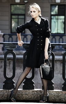 Красивая городская женщина гуляет по улице