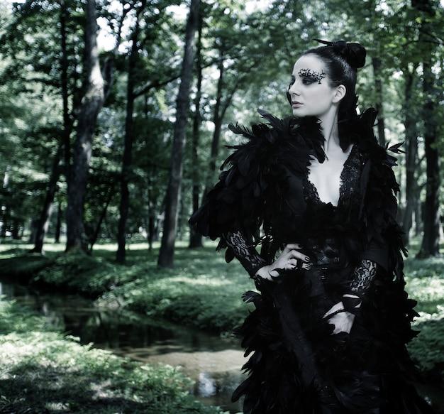 Темная королева в парке