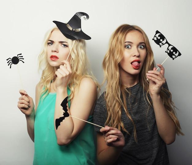Две стильные сексуальные хипстерские девушки готовы к вечеринке
