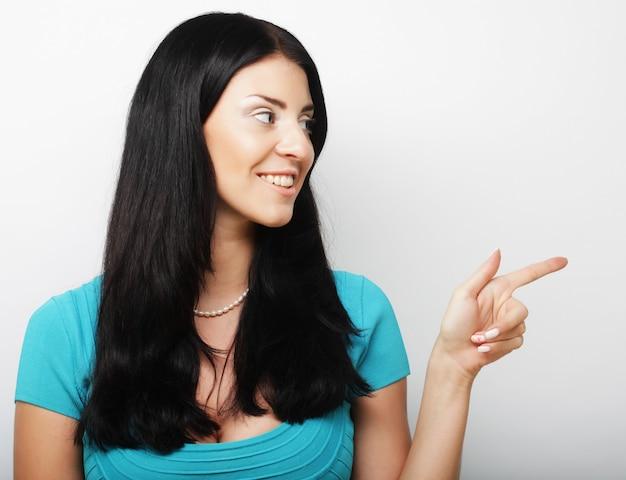 Молодая женщина показывает палец вверх жест
