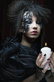 Готический портрет женщины со свечой.