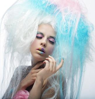 明るいメイクとカラフルな髪のファッションモデル