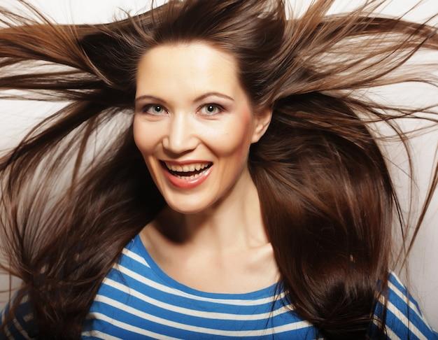 髪に風を持つ若い女性