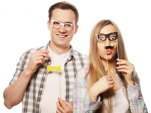 スティックにパーティーメガネを保持している素敵なカップル