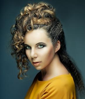 スタイリッシュなエレガントな女性の髪型