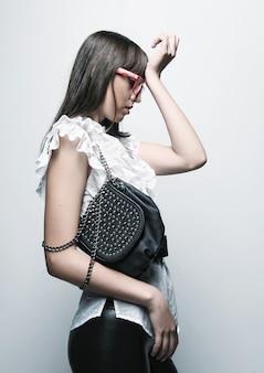 Модель с сумкой