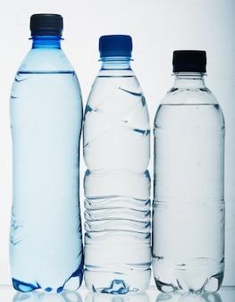 Бутылки с водой крупным планом