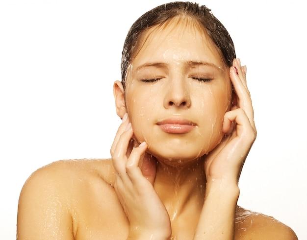 水滴を持つ女性の顔
