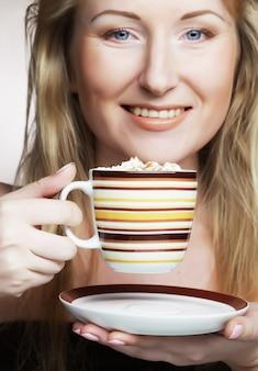Красивая женщина пьет кофе.