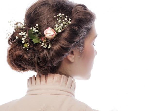 Вид сзади красивая стрижка с маленькими цветами