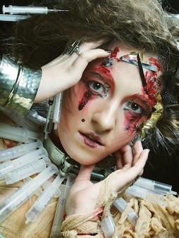 Молодая женщина с творческим макияж. хэллоуин тема
