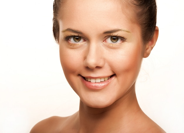 顔の健康肌を持つ若い成人女性の肖像画