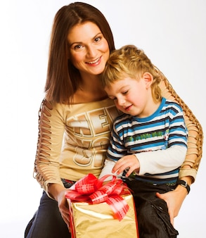 女性と少年のクリスマスプレゼントをチェック