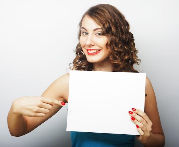 Женщина удерживания пустой карточки