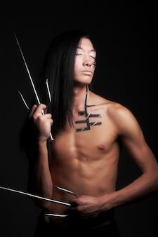 Азиатский мальчик на черном фоне
