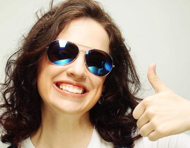 Женщина показывает палец вверх жест