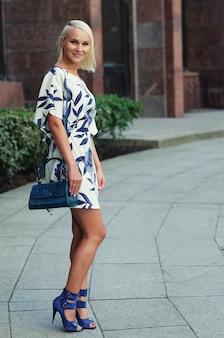 Молодая женщина идет по улице