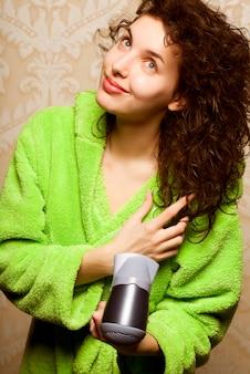 ドライヤーで髪を乾かして女性