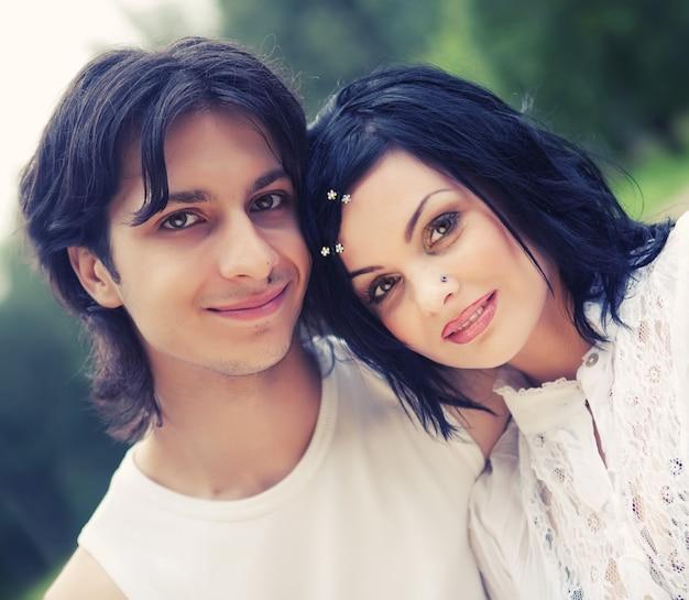 若い幸せな笑みを浮かべて魅力的なカップル