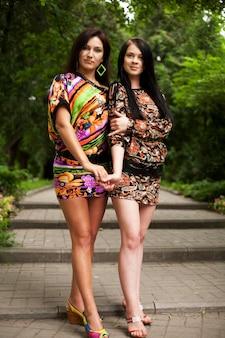 Летнее время две молодые женщины.