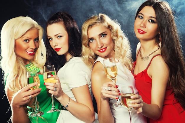 Девочки звенят флейтами с игристым вином
