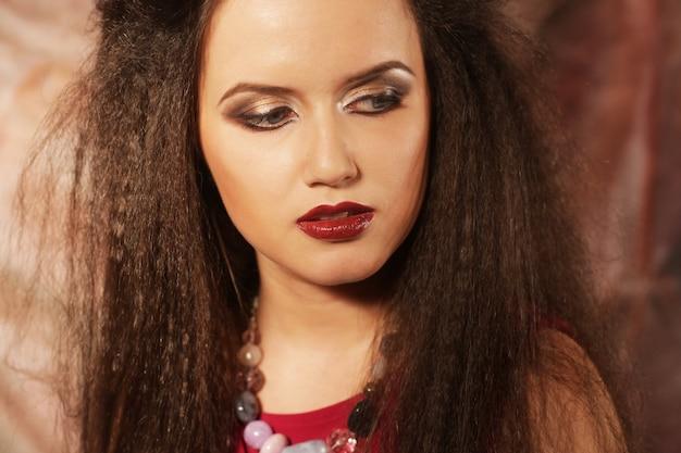 Фото молодой красивой леди с великолепными темными волосами