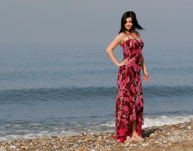 夏の海の若い女性