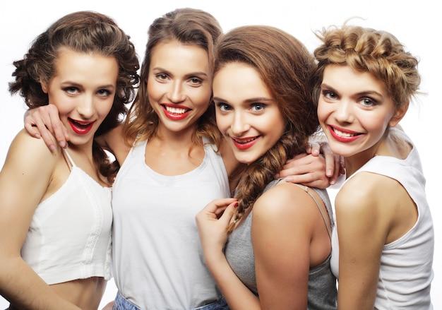 Четыре стильных сексуальных хипстерских девушек лучших друзей
