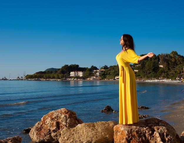 長い黄色のドレスの女性