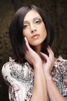 短い黒髪の若い美しい女性