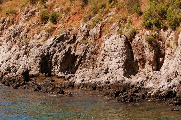 トルコの岩と地中海